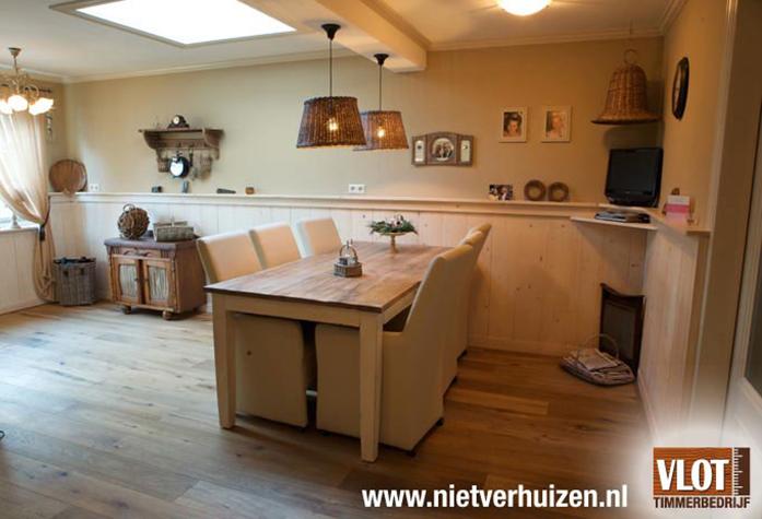 ruime keuken lambrisering