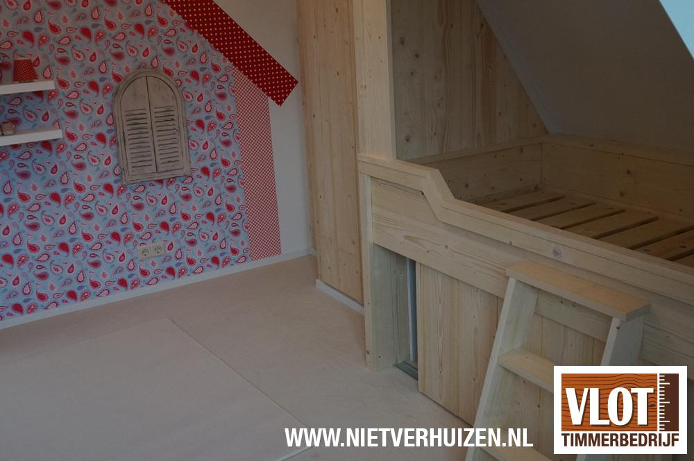 houten bed met trapje