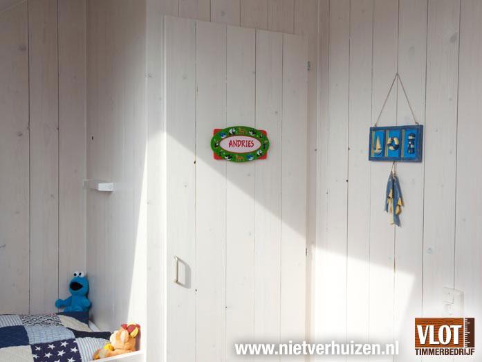 slaapkamer met houten wanden